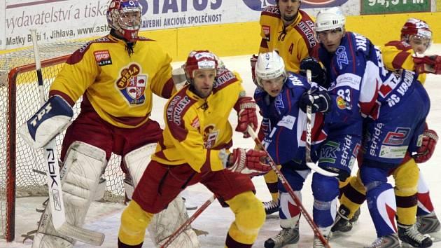 Jihlavští hokejisté zvládli třetí zápas s Vrchlabím skvěle. Na domácím ledě rozstřílela soupeře 7:2, závěr však musela po hromadné bitce dohrávat i bez obránců Petra Kuchyni a Petra Štracha (uprostřed ve žlutých dresech).