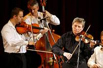 Cimbálová muzika Hradišťan s uměleckým vedoucím Jiřím Pavlicou zahájí, ale i zakončí letošní pětadvacátý ročník Folkových prázdnin v Náměšti nad Oslavou.
