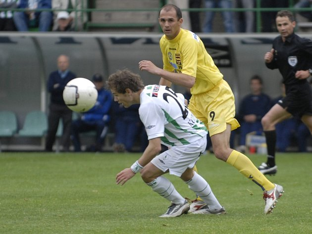 Fotbalisté Jihlavy měli na hřišti Bohemians smůlu. Asi největší šanci zápasu zahodil Michal Lovětínský (ve žlutém).