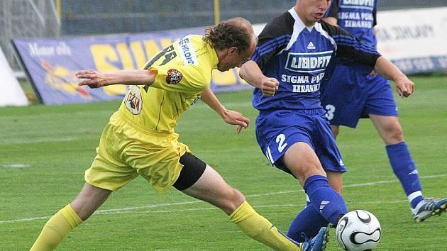 Za hranice. Třicetiletý fotbalista Petr Vladyka (ve žlutém) už se zřejmě do jihlavského dresu v příští sezoně neoblékne. Zkušený záložník odjel na fotbalové námluvy do jednoho z rakouských klubů.