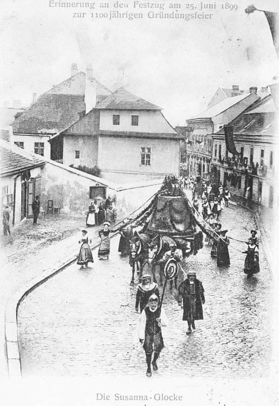 Zvon Zuzana, celá staletí předmět obdivu a úcty Jihlavanů, se veze vpodobě vyšňořené makety mezi desítkami jiných alegorií na vozech vtisícihlavém průvodu. Snímek ukazuje průjezd zvonu severní partií dnešní Komenského ulice.