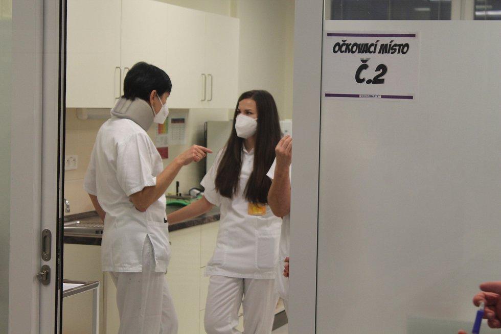 V sobotu druhého ledna 2021 začalo na Vysočině očkování proti koronaviru, první injekce byly pro zaměstnance nemocnice.