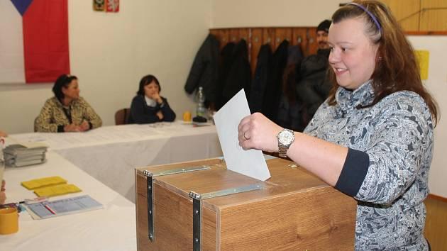 Mladá dívka si dnes převzala volební lístky vůbec poprvé.