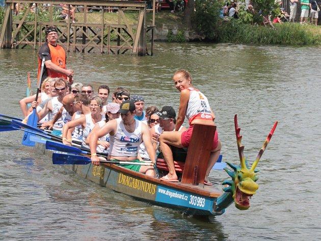 Posádku dračí lodě tvořilo 18 závodníků plus bubeník a kormidelník. Akci pořádal Region Renesance ve spolupráci s Dragon Board Velké Dářko.