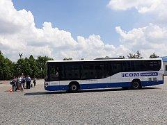 Kromě jízdy kamionem lidé mohli na dni otevřených dveří ve společnosti ICOM transport zasednout také za volant autobusu.