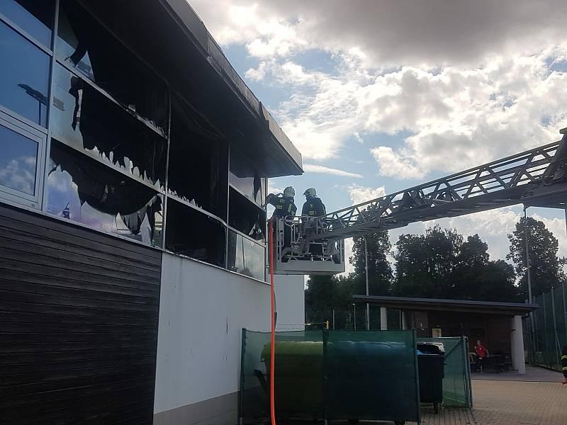 Zakouřené prostory už hasiči odvětrali.