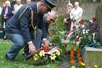 K památníku Zaváté šlépěje položil květiny také náčelník operačního oddělení krajského velitelství armády v Jihlavě Karel Čech.