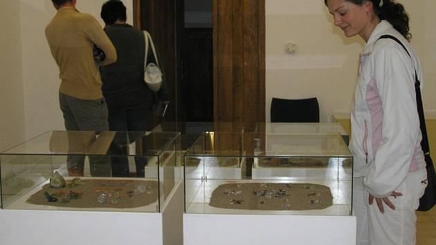 Nálezy ze záchranného archeologického výzkumu zaujmou svou nenápadnou krásou. V rukou je měli naši předci v 17. a 18. století.