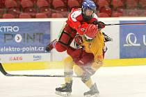 Pět bodů. Tolik vytěžili hokejoví starší dorostenci Dukly (ve světlém Josef Vrátný) z úvodních dvou zápasů.