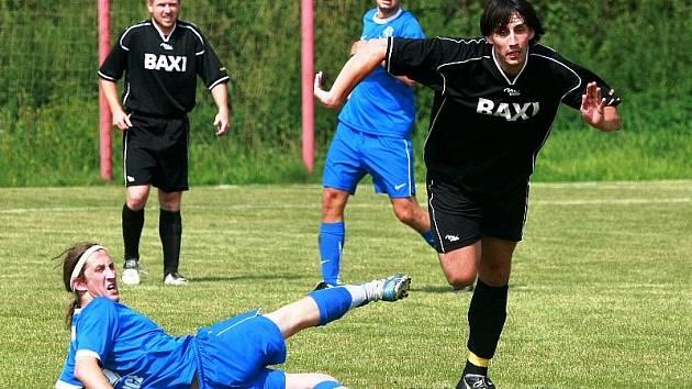 Fotbalisté Dobronína (vpravo Zdeňěk Krautšnajdr) dostali v 1. kole I. A třídy skupiny A pořádnou facku. Doma prohráli 0:5 s Žirovnicí.