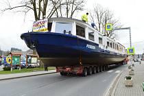 Na cestě. Po poledni projela souprava s mohutnou lodí Vojnovým Městcem na Žďársku.