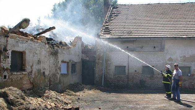 Požár zemědělského  statku v Kamenné zaměstnal  sedm jednotek hasičů. V pátek pak od rána obyvatelé statku odklízeli sutiny a zbytky krovu.