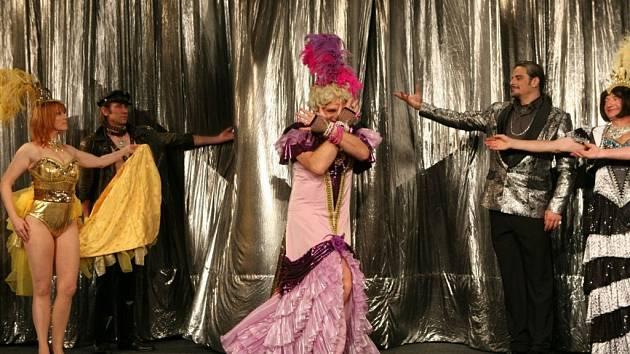 Divadlo Radka Brzobohatého přiveze do Jihlavy komedii o nočním podniku, kde hlavní hvězdou travesti show je Albín.