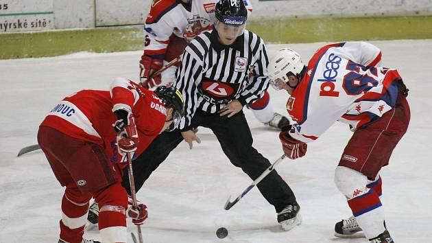 Poslední buly. Poslední ostrý zápas letošního kalendářního roku dnes sehrají prvoligoví hokejisté.  Před vánoční pauzou si všechny týmy chtějí zlepšit náladu a vylepšit bodovou bilanci.