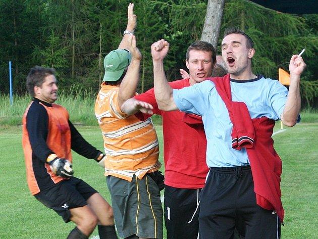 Žďárská radost. Rozhodčí právě odpískal konec zápasu Hartvíkovice - Žďár. Zprava Milan Trojanovič, Petr Keclík a Pavel Pospíchal si pořádně oddechli.