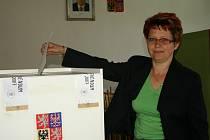 Hojkovští byli při referendu jednotní. Do urny vhodila svůj záporný hlas i Marie Pechová (na snímku).