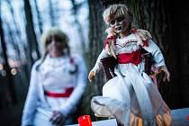 Hororové postavy ze hry Noční bojovka v jihlavském parku Heulos.