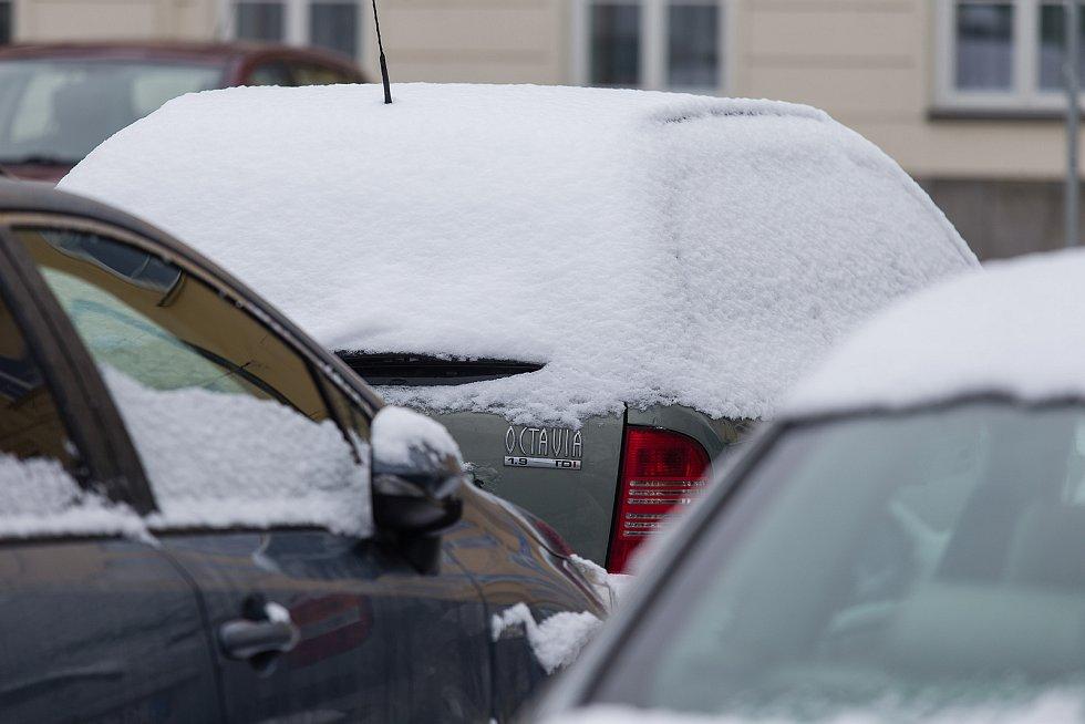 Zamrzlá auta na parkovišti v Jihlavě.