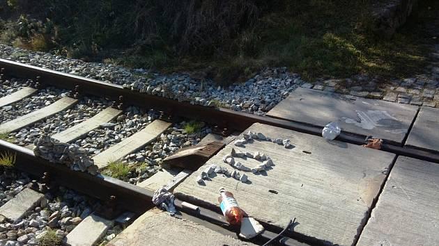 Kromě na koleje vyskládaných kamenů  a dalších předmětů zůstal na místě i nápis.