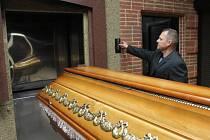 Cestu rakve do pece i následnou kremaci dnes řídí elektronika, letos se bude modernizovat.