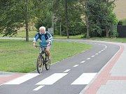 Na nové cyklostezce se už prohání cyklisté.