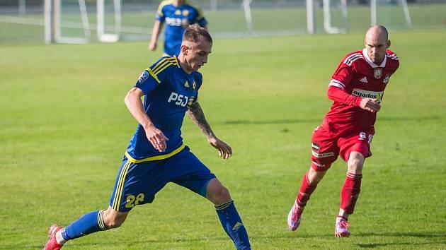 V prvním utkání nového ročníku MSFL vyválčili fotbalisté juniorky FC Vysočina (v modrém) bod za nerozhodný výsledek 1:1 na hřišti Uničova.