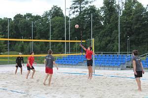 Jihlavští hokejisté si zahráli vlastní turnaj v beach volejbale.