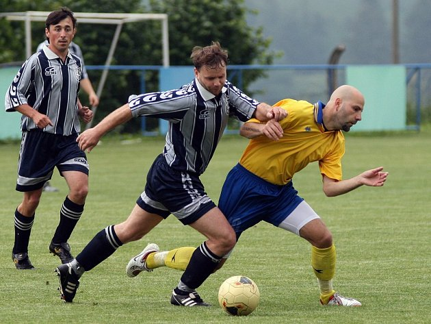 Fotbalisté Luk na půdě Budičova neuspěli. O míč se přetahují domácí Langr (v tmavém) a hostující Gavaller.