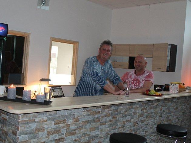 Majitelé Milan Voráček a Vladimír Krejčí se nové saunové centrum v Jihlavě rozhodli pojmenovat Sauna bar kvůli tomu, že kromě velké finské sauny centru dominuje bar.