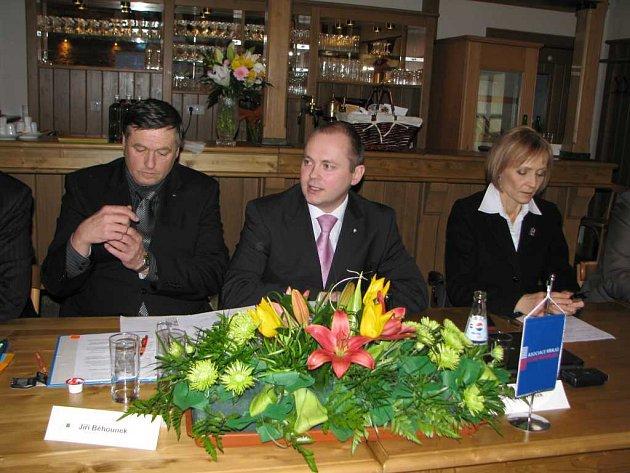 Hejtman kraje Vysočina Jiří Běhounek (vlevo), hejtman jihomoravského kraje Michal Hašek a ministryně zdravotnictví Daniela Filipiová