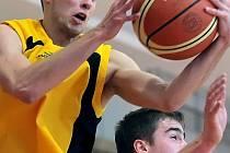 Poslední zápas sezony. Ten odehrají basketbalisté BC Vysočina (vlevo Miroslav Krajcigr) na palubovce v Písku, kde se zároveň utkají o první místo v tabulce skupiny play-out.