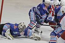 Chomutovský gólman Erik Štěrba likviduje jednu ze šancí Havlíčkova Brodu. Na čtyři střely soupeře však v sobotním zápase nestačil - a Severočeši poprvé v letošní sezoně prohráli.