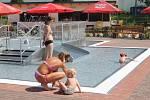 Ztaímco si lidé v bazénech užívají léto, v podzemí pracuje strojovna na plné obrátky. Foto: Deník/Martin Singr