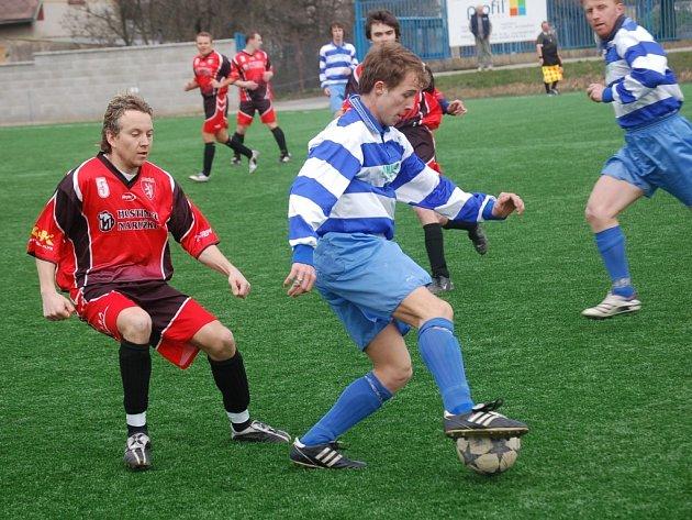 Jediným soubojem B-týmů v nejnižší krajské soutěži budou zápasy rezerv Humpolce (v pruhovaném) a Chotěboře (v červeném) ve skupině A.