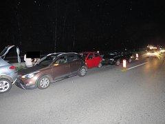 Do řetězové nehody se dostalo celkem pět aut včetně jednho nákladního.