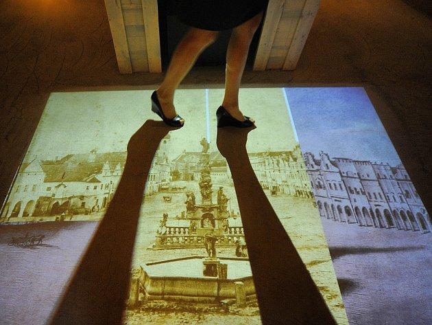 Součástí multimediální expozice v telčském podzemí je také interaktivní podlaha, která se s každým vaším krokem promění. Aktuálně jsou tam k vidění nejrůznější fotografie města.