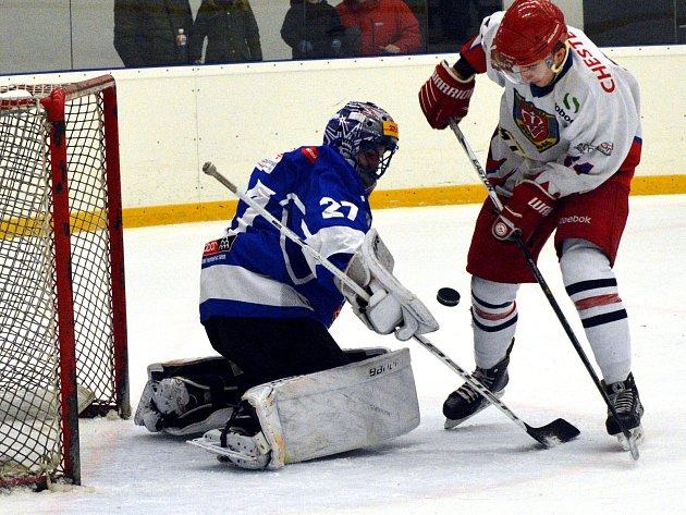 Hokejisté Telče (v bílém) dokázali překonat brankáře Tábora B Lekeše jen dvakrát, a to na body nestačilo. Hosté byli daleko údernější a vyhráli 8:2.