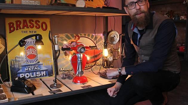 V obchodě s názvem Cirkuss, který vystřídal zverimex na rohu Hradební a Žižkovy ulice v Jihlavě, je k dostání hned několik originálních lamp, které nemají kopii v celém světě. Obchodník Prokop Sedlák (na snímku) je shání po celé Evropě.