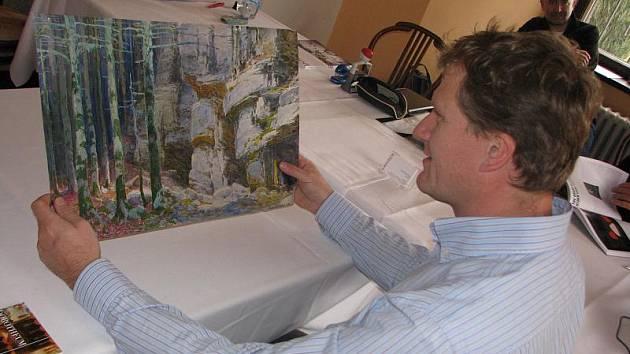 Znalec Miroslav Zíka posuzuje akvarel lesní krajiny rakouského malíře devatenáctého století P. Grabwinklera.