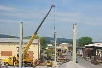 Je až neuvěřitelné, jak dokáží někteří dělníci riskovat životy své i ostatních. Odstrašujícím příkladem je parta stavbařů, kteří místo vysokozdvižné plošiny vyzdvihnou dělníka na vrchol betonového pilotu na jeřábovém háku.
