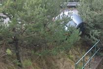 Řidič osobního vozu ve snaze zabránit srážce skončil ve stromcích.