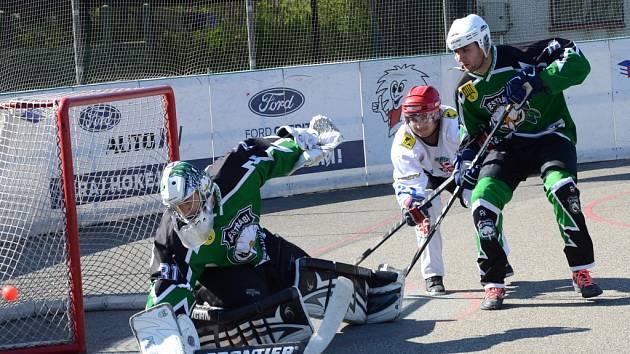 Je dobojováno. Jihlavští hokejbalisté (ve světlém) nezopakovali proti Teplicím vítěznou sérii s Přeloučí. Po třech zápasech a porážkách jim sezona skončila v semifinále.