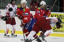 Hokejisté Horácké Slavie (v červeném) v utkání s Olomoucí nebodovali a prohráli 2:3.