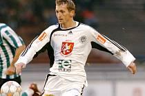 Rychlonohý ofenzivní fotbalista Hradce Králové Ivo Svoboda (v bílém) se vrací do místa svého předchozího působiště. I když hrozí, že se na Vysočině posadí jen na lavičku. Stejně jako v předchozím zápase s HFK Olomouc.