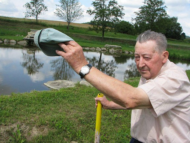 Jaroslav Šteffl vyznačil hranice svého pozemku trubkami. Tvrdí, že hráz rybníka měla být o metr dál.