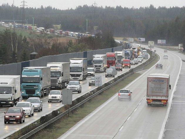 V neděli kolem poledne bude doprava na dálnici D1 mezi Jihlavou a Větrným Jeníkovem (mezi 112. až 104. kilometrem) a mezi Hořicemi a Loktem (75. až 66. kilometr) svedena do jednoho pásu ve směru na Prahu. Ilustrační foto.