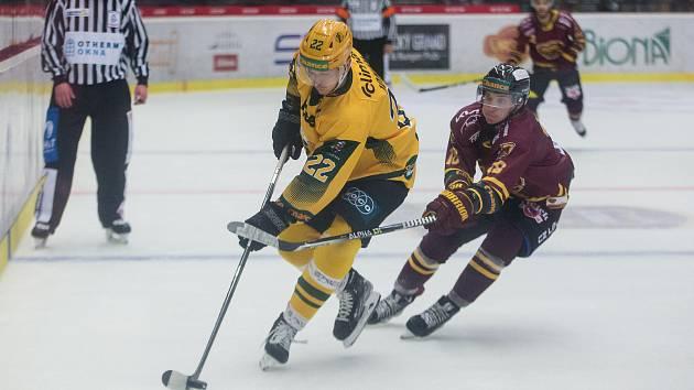 Hokejisté Dukly Jihlava (ve vínových dresech) ve středečním čtvrtém kole Chance ligy doma zdolali Přerov 3:1.