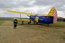 Požár mladého lesa u Řídelova si vyžádal i zásah hasicího letadla. Foto: