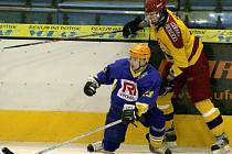 Junioři Dukly (ve žlutém) si v pátek vyšlápli na Zlín a po osmnácti utkáních bez bodu konečně vyhráli.