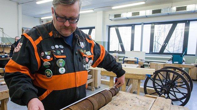 Studenti vyrábí repliku polní houfnice z roku 1430